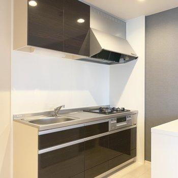 キッチンの左に冷蔵庫かな。スペースも広々。