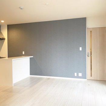 グレーの壁紙に白のカウンターキッチンがステキ。(※写真は清掃前のものです)