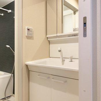 大きな鏡の独立洗面台。準備OK??(※写真は清掃前のものです)