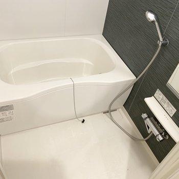 お風呂は丁度いい深さ。おまけに浴室乾燥機付き。(※写真は清掃前のものです)