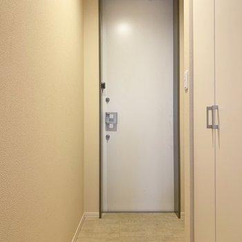 玄関はちょうどいい広さ。小さめの傘立ても置けそう。(※写真は清掃前のものです)