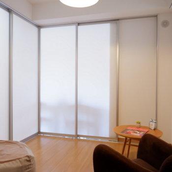 仕切ってもクリア扉なので光が入りますね。※家具はサンプルです
