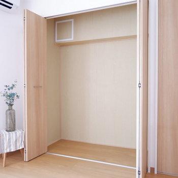収納内に棚を用意して高さを有効的に使いましょう。※家具はサンプルです
