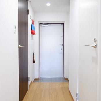 玄関は友人を招いても渋滞しないゆったり感。※家具はサンプルです