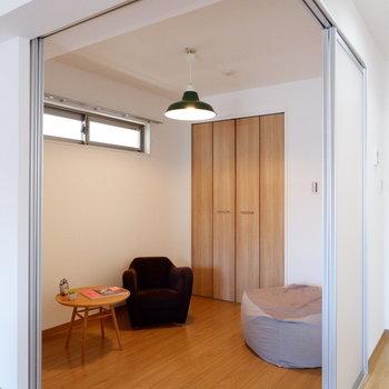 スライド扉で開け閉めが臨機応変に。※家具はサンプルです