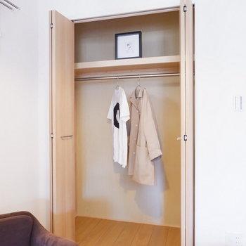こちらの収納はクローゼットに。※家具はサンプルです
