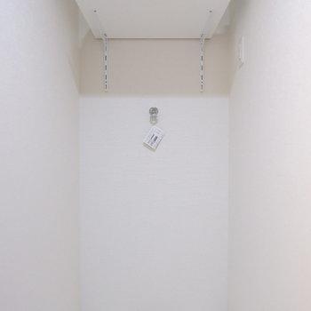 洗濯機置き場上にはストックの棚が。※家具はサンプルです
