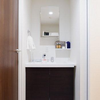 洗面台のサイズ感も使いやすいですね。※家具はサンプルです