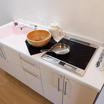 シンクが淡いピンク色に。※家具はサンプルです