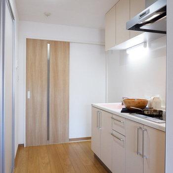キッチンスペースゆったりしています。※家具はサンプルです