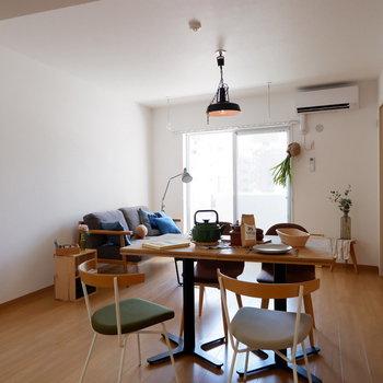 壁1面に収納が。※家具はサンプルです