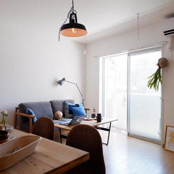ダイニングとソファでの会話も弾む距離感※家具はサンプルです