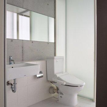 シンプルな洗面台とトイレ※写真はクリーニング前のものです