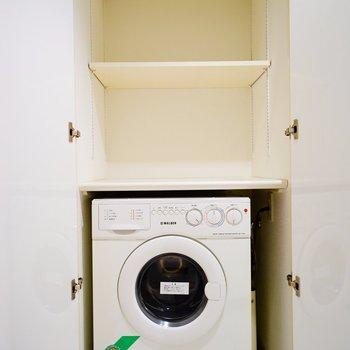 扉を開けると、洗濯機がこんにちわ。※写真と文章は5階の反転間取り別部屋のものです