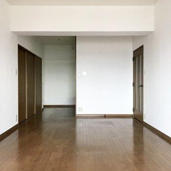 キッチンは奥にこそっと。においが広がりにくいのです。(※写真は8階の同間取り別部屋、一部改装中のものです)