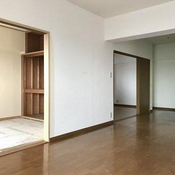 リビングから繋がるお部屋は2部屋。(※写真は8階の同間取り別部屋、一部改装中のものです)