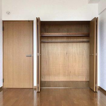 クローゼット奥行きしっかり!ただトータルの収納が少ないのでベッドの下もうまく使いたい。(※写真は8階の同間取り別部屋、一部改装中のものです)