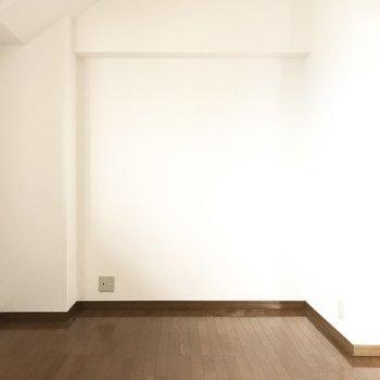 テレビも置けるし、子供部屋にしてもいいなぁ。(※写真は8階の同間取り別部屋、一部改装中のものです)