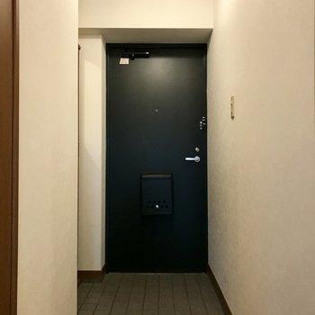 玄関まわりはすっきりと。(※写真は8階の同間取り別部屋、一部改装中のものです)