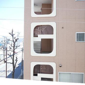 ベランダからはお隣の共用階段が見えます