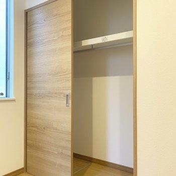 狭めの洋室なのでスライド式の扉のクローゼットはありがたい!