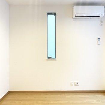 のぞき窓よせにテーブル置いて、右奥にテレビかなあ。