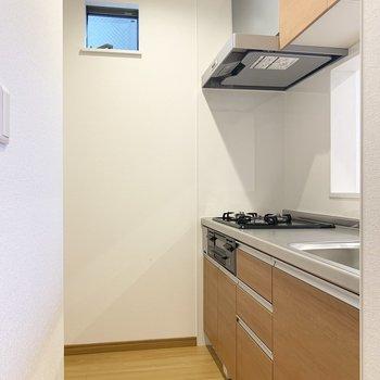 キッチンは反対側に冷蔵庫スペースあります。