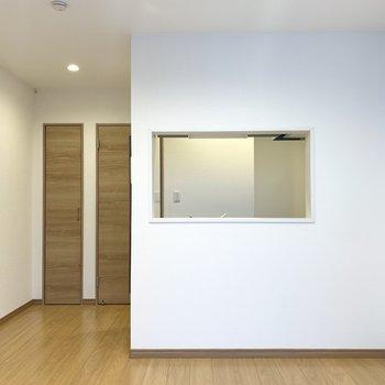 キッチンからののぞき窓がおしゃれ〜