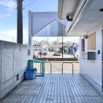 ゴミステーションはエントランス入り口にありました