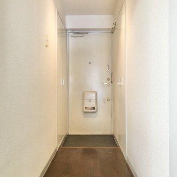廊下の左右に収納があるのです