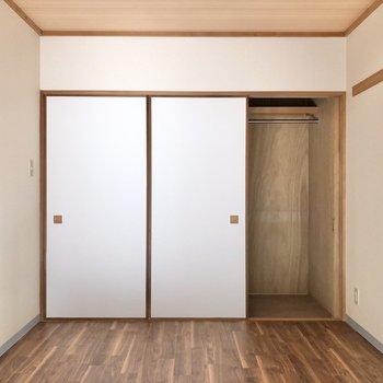 【洋室①】ロングコートやワンピースも掛けられる収納付き