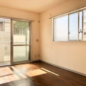 【洋室②】窓の下で日向ぼっこしたいな