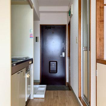 廊下部分です。レトロながら清潔で、丁寧に使われてきた様子が伺えます。