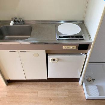 一口IHながら作業スペースもしっかりあるキッチン。右側に洗濯機置き場があります。