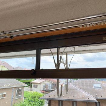 ちょっと換気したいなって時は、窓の上段のスライドガラスを開けるのもいいですよ。虫除けのネットを買って貼れば完璧。