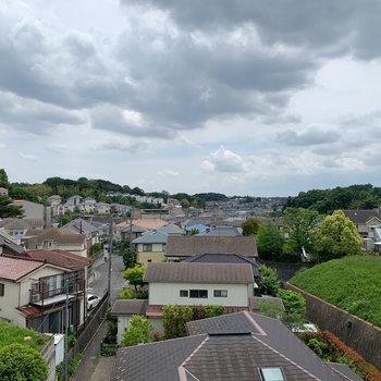高低差の多い地域なので、屋上からの景色は拓けています。