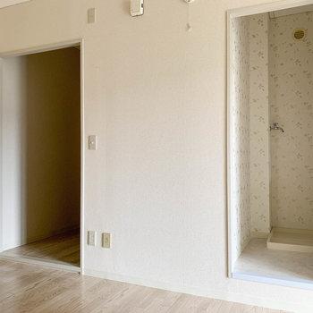 【DK】キッチン後ろ、右がサニタリー、左が玄関です