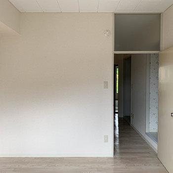 【洋室4帖】窓側から見ると、この部屋は書斎にしようか?あるいは寝室にしようか。