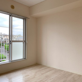 【洋室4帖】奥のお部屋です。こちらはシンプルな洋室。