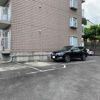 横に駐車場があります