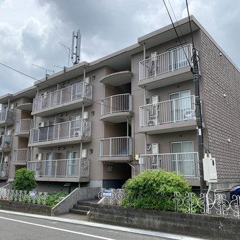 道路沿いにあるマンションです。