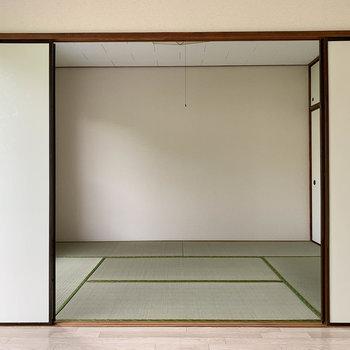 【洋室6帖】襖越しに、和室が隣あっています。
