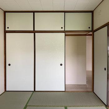 【和室6帖】 【和室6帖】右下の襖が通路。残りの襖の中は全て収納です。