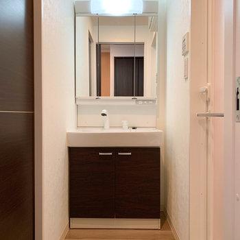 玄関左にサニタリー。しっかりめの独立洗面台。※写真は前回募集時のものです