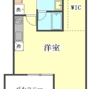 右側は天井が斜め。バルコニーは広め。