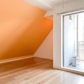 斜めオレンジとバルコニーが特徴的なお部屋※写真は前回募集時のものです