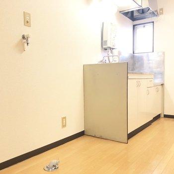 こちらに洗濯機と冷蔵庫が並びます。