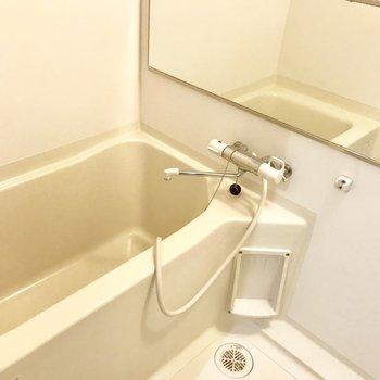 シンプルな浴室、鏡は大きめ◎
