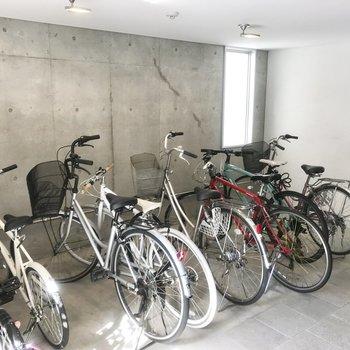 自転車置き場も室内、嬉しい!