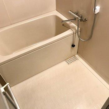 サーモ水栓で温度調節もしやすい。シンプルなお風呂だからお掃除も楽ちん。